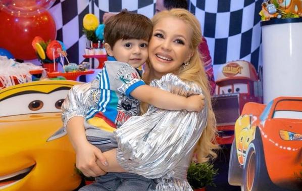 Деси Слава отпразнува втори рожден ден на малкия си син