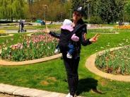 Преслава на разходки в парка с дъщеричката си width=