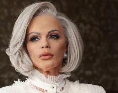 Галена в образа на 90-годишна жена