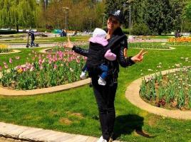 Преслава на разходки в парка с дъщеричката си