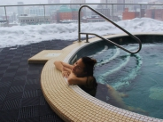 Райна по бански в снега в центъра на Монреал