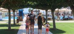 Константин заведе семейството си на ваканция извън България