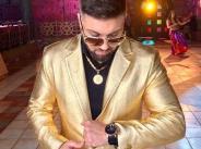 Ангел се издокара в златен костюм