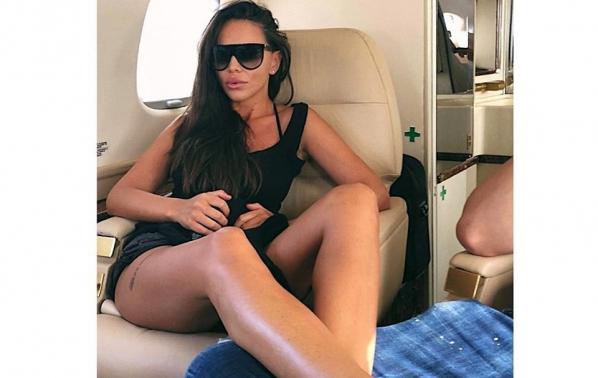 Алисия отлетя с чартър за далечна ваканция